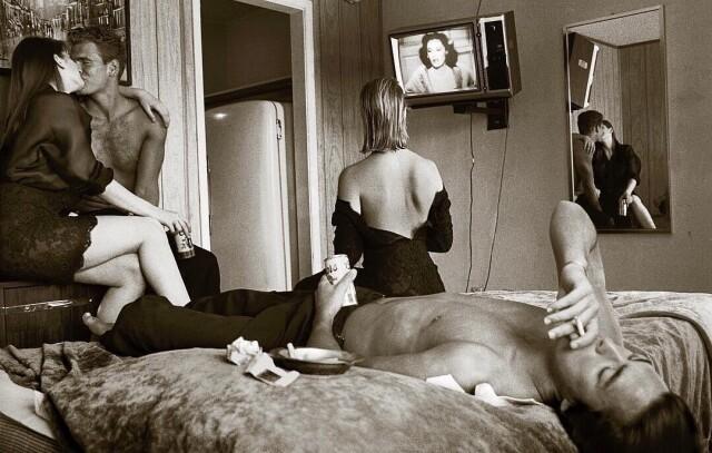 Лиза Кауфманн в окружении друзей смотрит на Джоан Кроуфорд в телевизоре. Съёмка для Stern в мотеле, штат Техас, 1987. Фотограф Альберт Уотсон