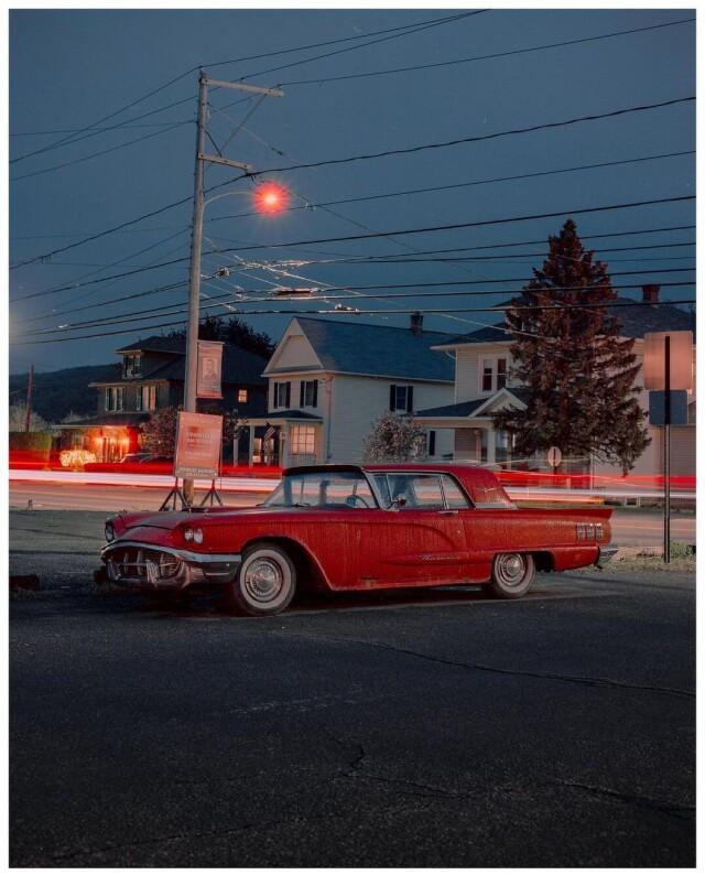 Красный автомобиль. Фотограф Самсон Уотсон