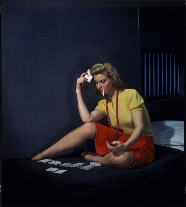 Женщина в камере раскладывает пасьянс, ок. 1950. Фотограф Николас Мюрей