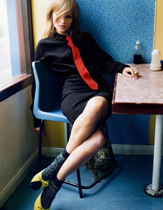 Кейт Мосс и кот в лондонском кафе. Фотограф Марио Тестино