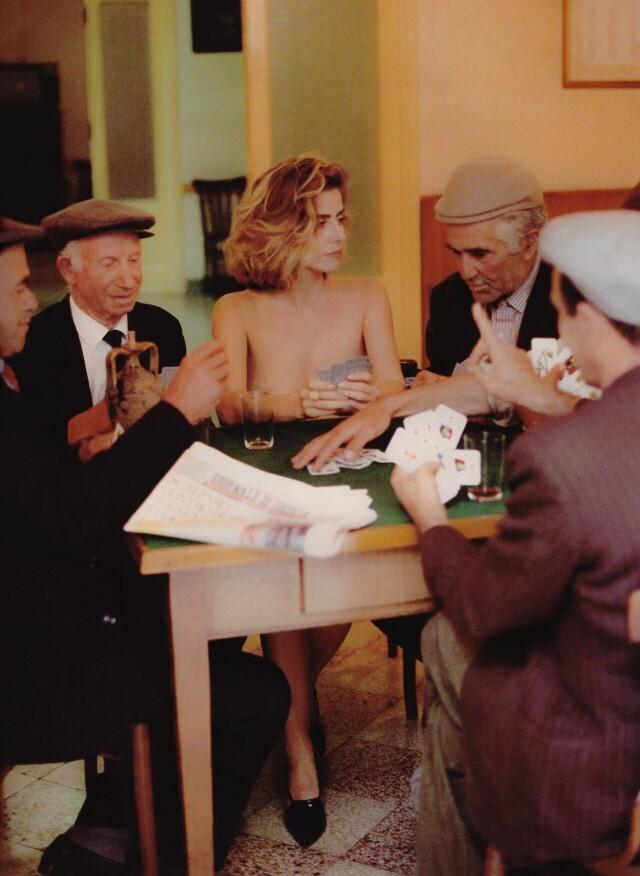 Бразильская актриса Майте Проэнса и случайные жители сицилийской деревни в фотосессии для Playboy. Италия, 1996. Фотогра