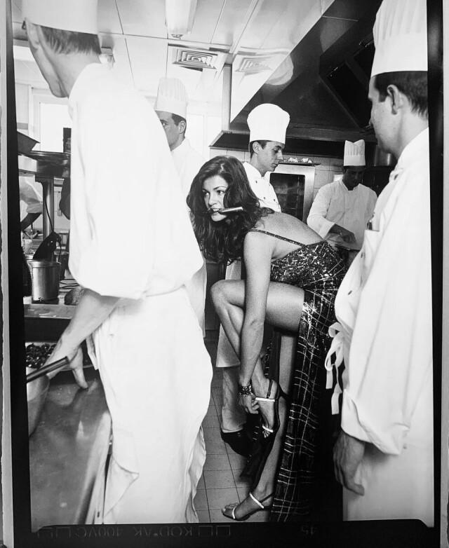 Повара и Надя Фарес на кухне отеля Martinez в Каннах. Фотограф Richard Aujard