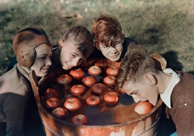 Забава с яблоками в Мартинсберге, Западная Виргиния, 1939. Фотограф Б. Энтони Стюарт