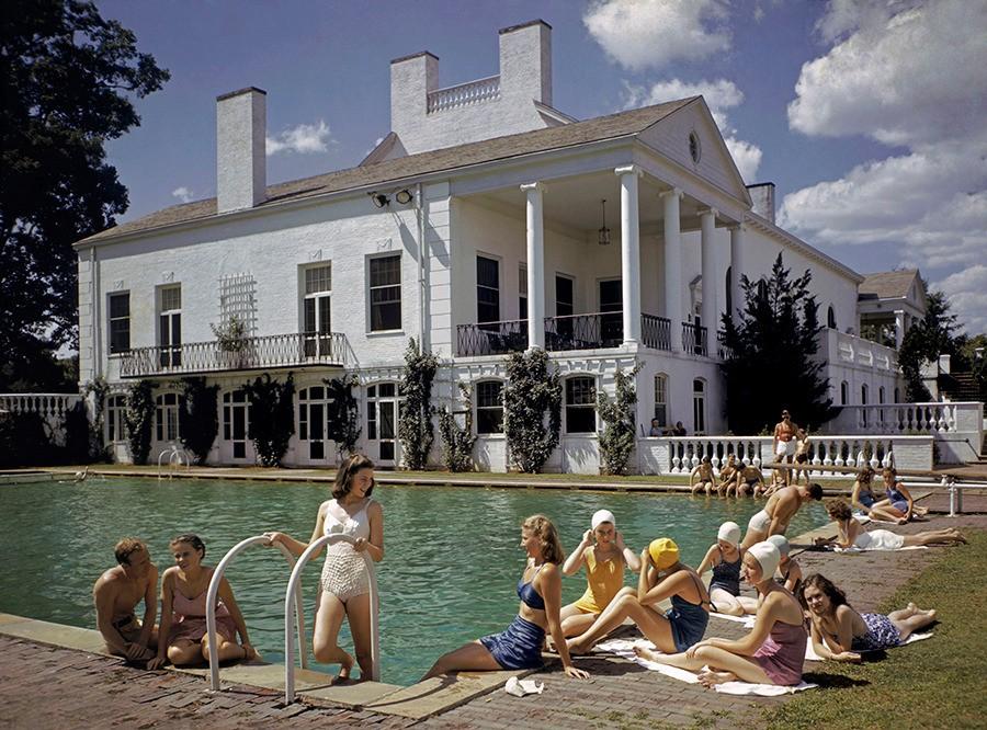 Отдых у бассейна в городе Шарлотт, Северная Каролина, 1941. Фотограф Дж. Бейлор Робертс