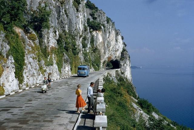 Живописная дорога с видом на залив близ Триеста, Италия, 1956. Фотограф Б. Энтони Стюарт