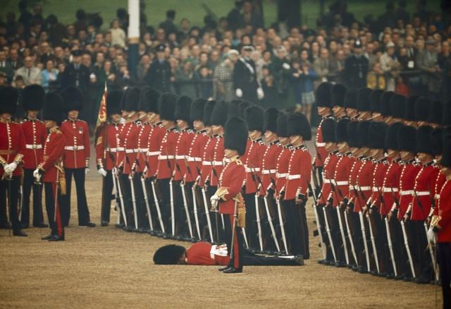 Один из ирландских гвардейцев упал в обморок. Лондон, 1966. Фотограф Джеймс П. Блэр