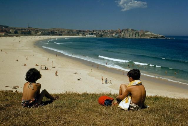Пляж Бонди в Сиднее, Австралия, середина 1950-х. Фотограф Хауэлл Уолкер