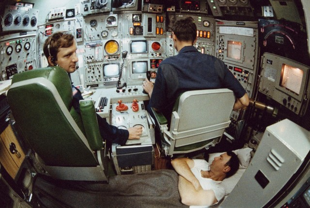 Командир субмарины спит рядом с офицерами, если срочно понадобится, 1985. Фотограф Эмори Кристоф