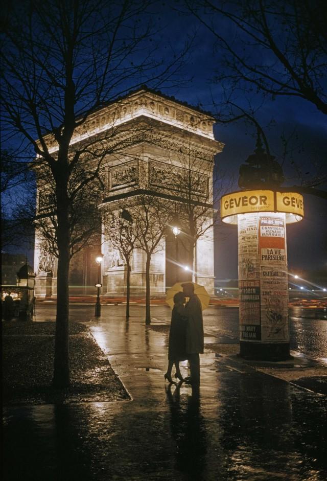 Влюблённые у Триумфальной арки в Париже, 1960. Фотограф Томас Неббиа