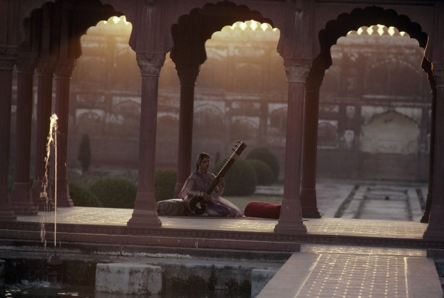 Певица Тахира Сайяд играет на ситаре в садах Шалимар, Лахор, Пакистан. Фотограф Ролан Мишо