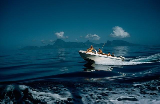 Лодка с туристами у берегов Таити, 1962. Фотограф Луис Марден