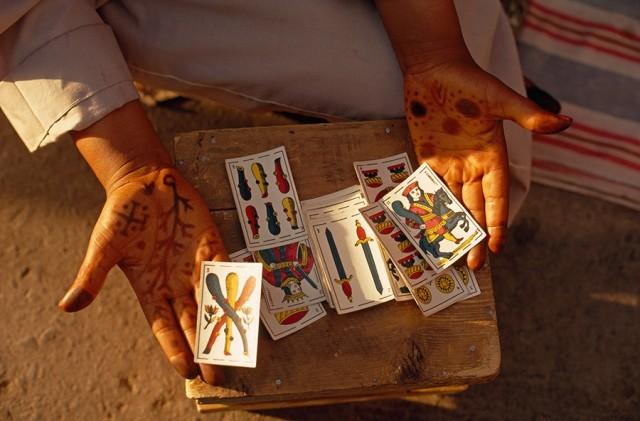 Гадалка показывает свои карты на площади Джамаа-эль-Фна в Марракеше, Марокко, 1971. Фотограф Томас Дж. Аберкромби