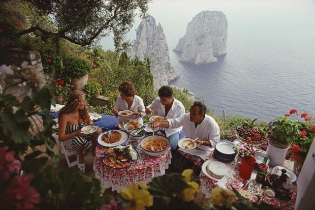 Обед на свежем воздухе, Капри, 1980. Фотограф Слим Ааронс