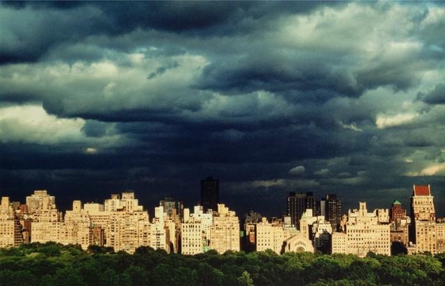 Тучи над Пятой авеню, Нью-Йорк, 1981. Фотограф Рут Оркин