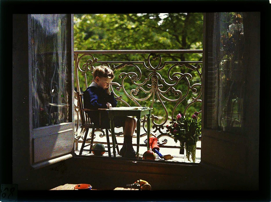 Сын французского фотографа Гюстава Гейна на балконе, 1909 год. Фотограф Гюстав Гейн