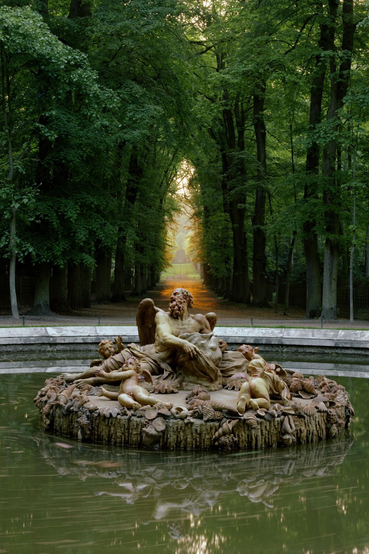 Бассейн Сатурна в Версальском дворцовом саду, работа скульптора Франсуа Жирардона. Снято в 1985 году. Фотограф Роберт Полидори