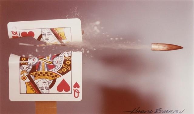 Игральная карта Дама червей, поражённая пулей 30-го калибра, 1960-е. Фотограф Гарольд Юджин Эджертон