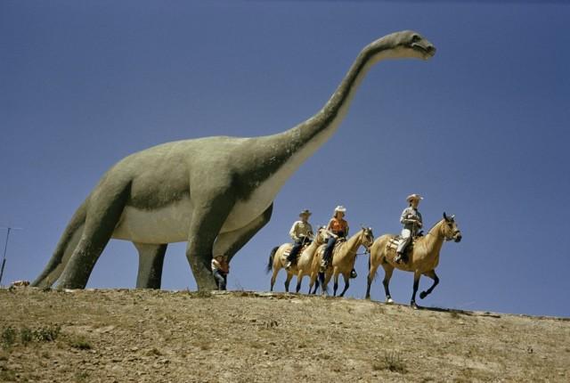 Туристы и статуя динозавра в Южной Дакоте, 1956. Фотограф Бейтс Литтлхейлс