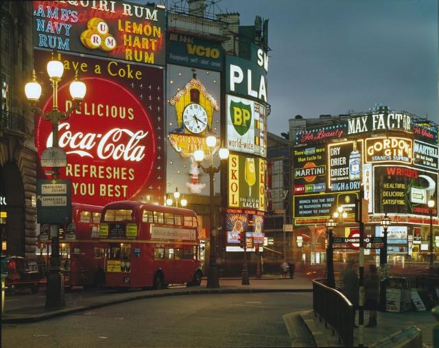 Пикадилли вечером, Лондон, 1965. Фотограф Эльмар Людвиг