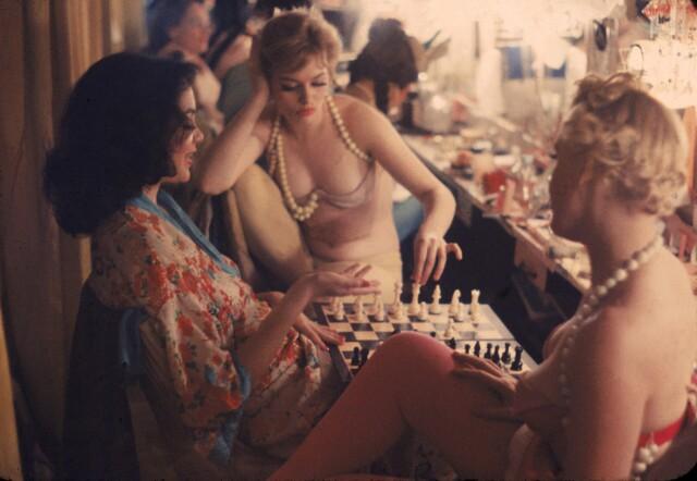 Танцовщицы играют в шахматы за кулисами ночного клуба, 1958. Фотограф Гордон Паркс