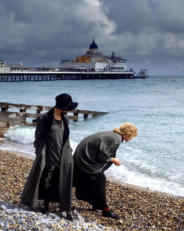 «В поисках ракушек». Шарлотта и Эстер для Vogue Italy, Суссекс, Англия, 1987. Фотограф Альберт Уотсон