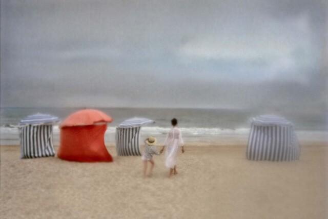 Пляж в Кабуре, Франция, 1970-е. Фотограф Дэвид Гамильтон
