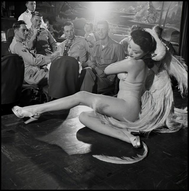Стриптизёрша в Club Samoa, Нью-Йорк, 1950. Фотограф Берт Глинн