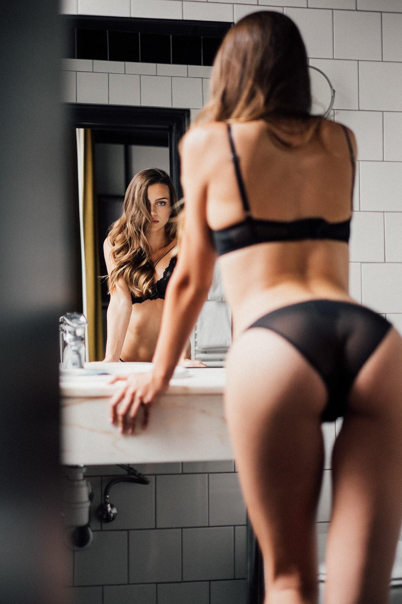 Перед зеркалом. Фотограф неизвестен