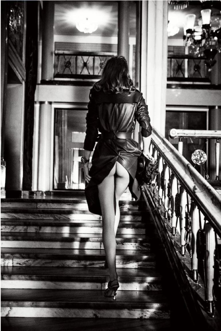 Модель на лестнице, 2019. Фотограф Эллен фон Унверт