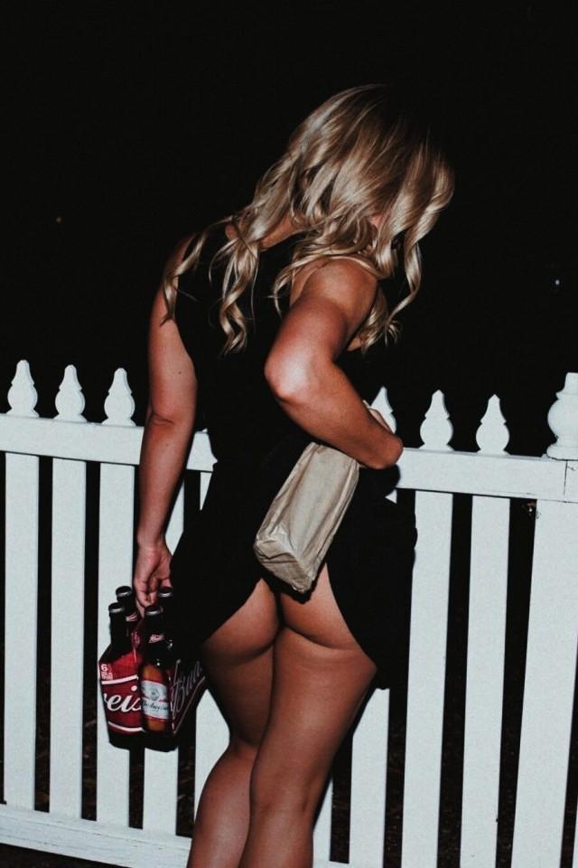 Девушка с вином. Фотограф неизвестен