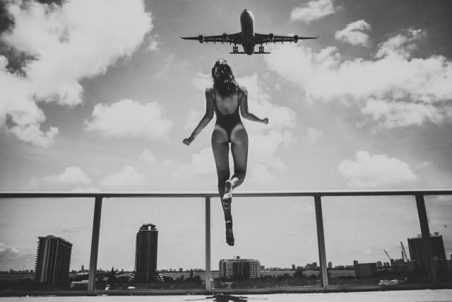 Левитирующая девушка и самолёт. Фотограф Майкл Тан (Ohrangutang)