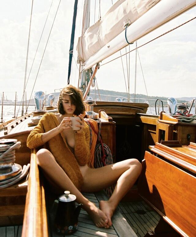 Джоанна Лэндбо (Johanne Landbo) на яхте у побережья Барселоны для Playboy, 2017. Фотограф Кэмерон Хаммонд