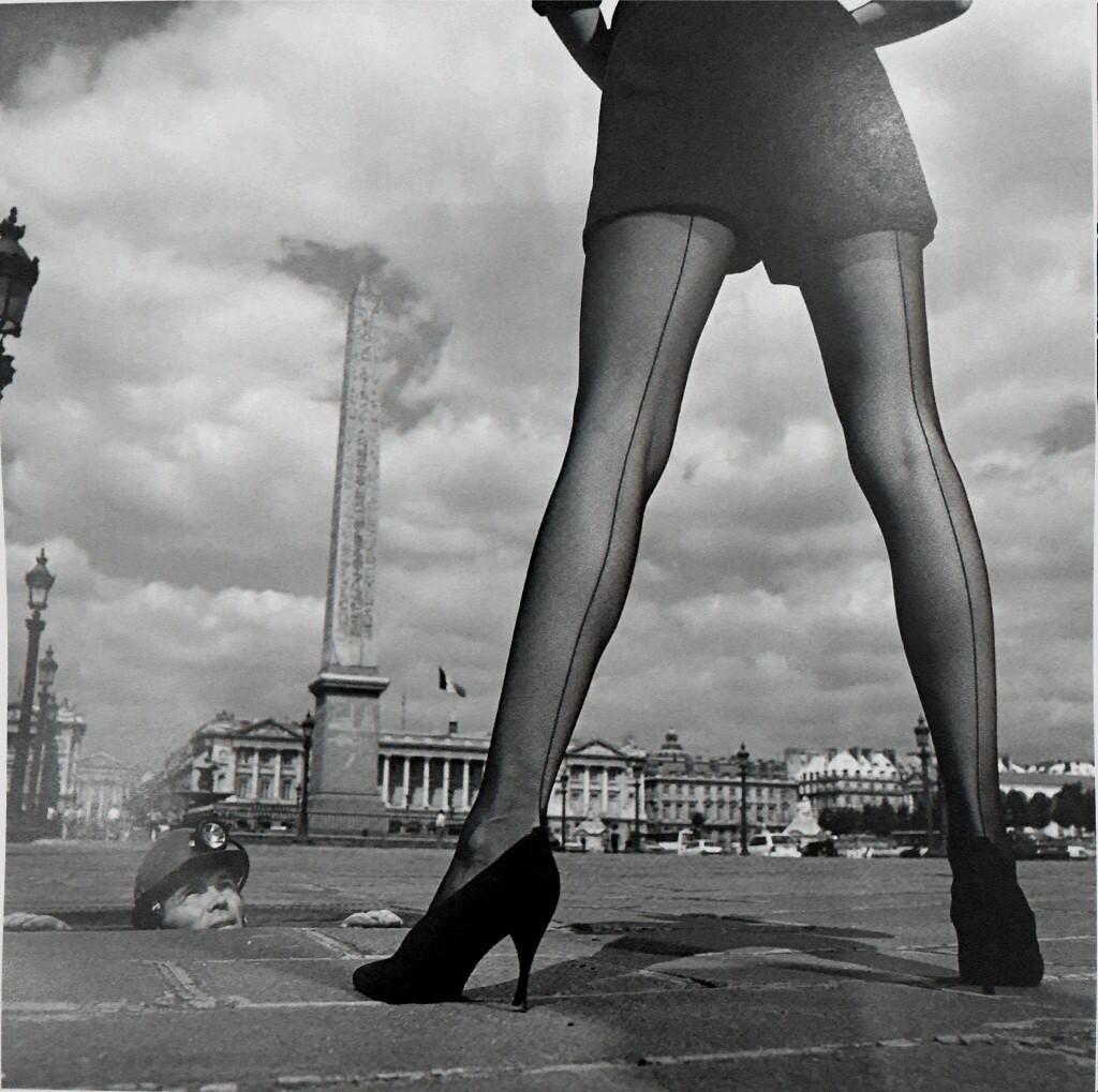 Чулки. Площадь Согласия, Париж, 1990. Фотограф Жан-Даниэль Лорье