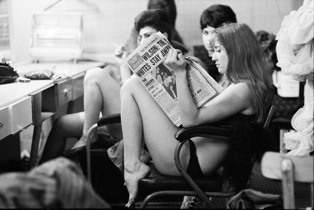 Из серии «Раздевалка». Сотрудницы стрип-клуба в ожидании выхода на сцену, Сохо, Лондон, 1968. Фотограф Джон Голдблатт