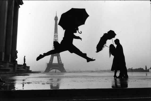 Три человека с зонтиками, Париж, Франция, 1989. Фотограф Эллиотт Эрвитт