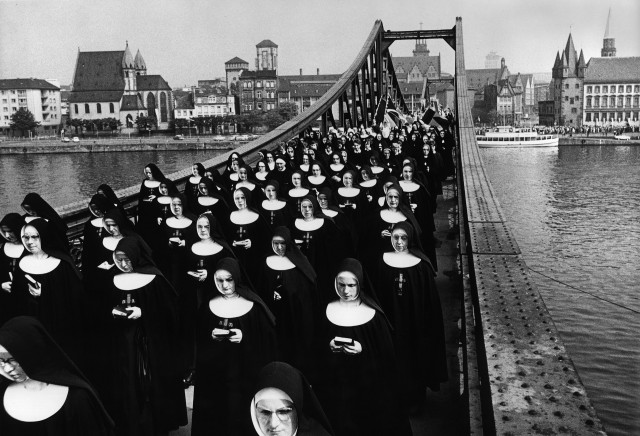 Шествие монахинь, Франкфурт, Германия, 1964. Фотограф Абисаг Туллманн