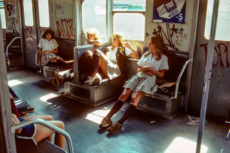 Школьницы в поезде нью-йоркского метро, 1980-е. Фотограф Уилли Спиллер