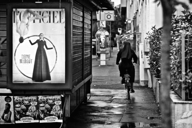 Монахиня на велосипеде, Милан, 2012. Фотограф Риккардо Вольфганг