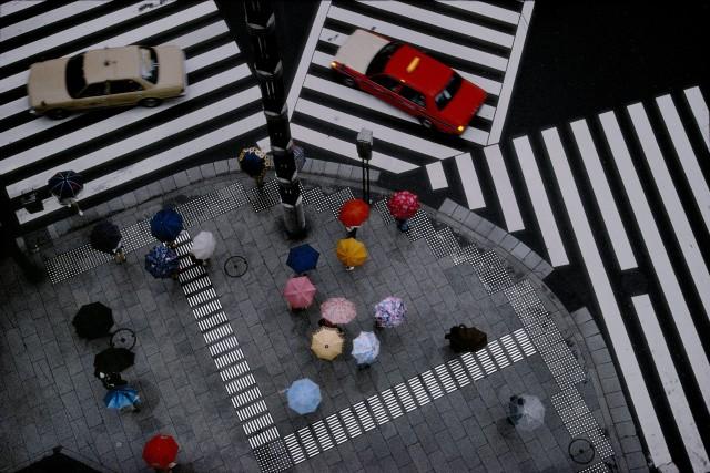 Перекрёсток в районе Гиндза, Токио, 1996. Фотограф Гарри Груйер