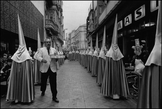 Официант с  шоколадом и чуррос. Картахена, Испания, 1981. Фотограф Кристина Гарсия Родеро
