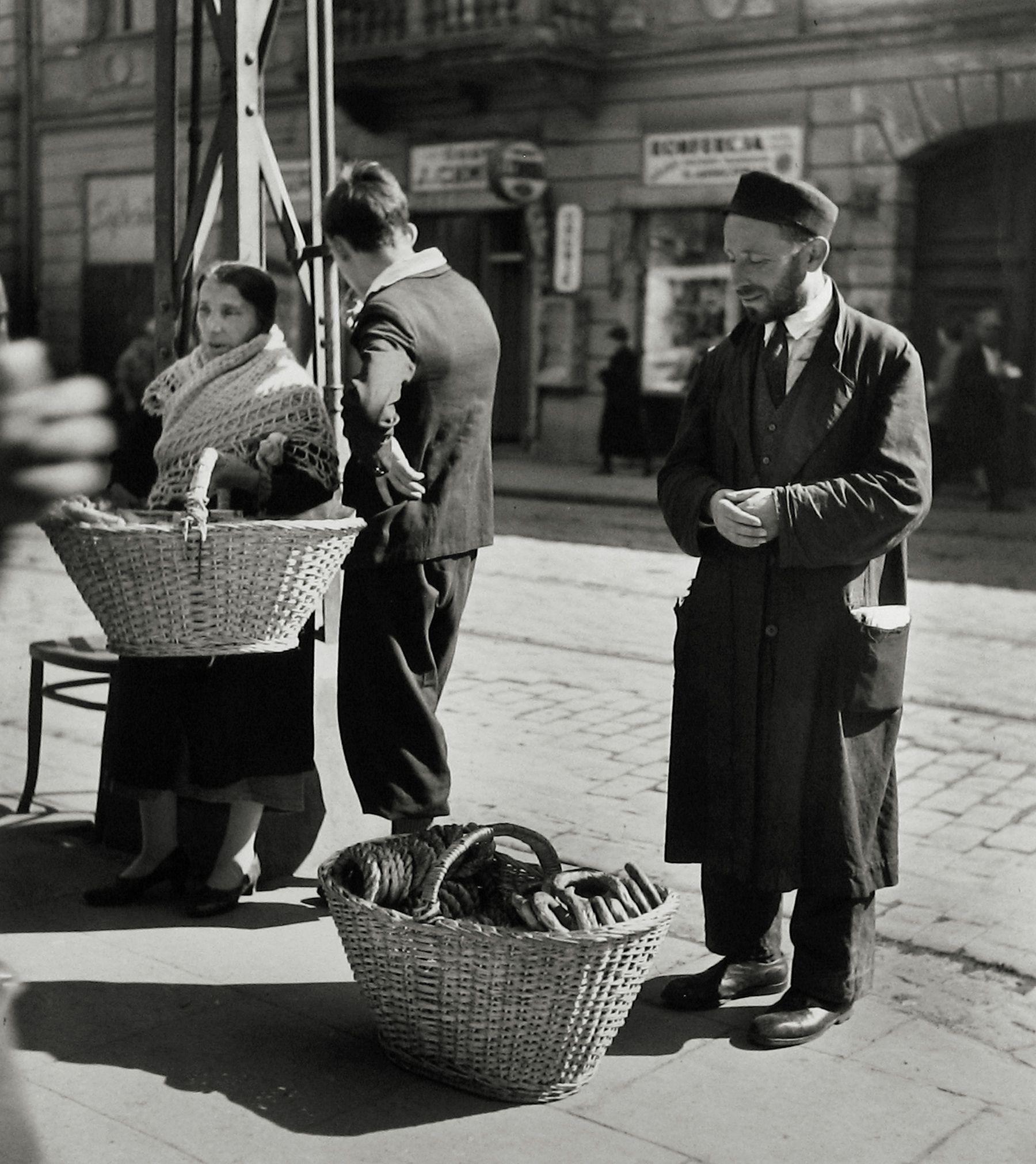 Семья торговцев бубликами, Варшава, 1938. Фотограф Роман Вишняк