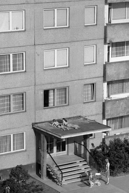 Солнечные ванны. ГДР, 1982. Фотограф Манфред Грибш