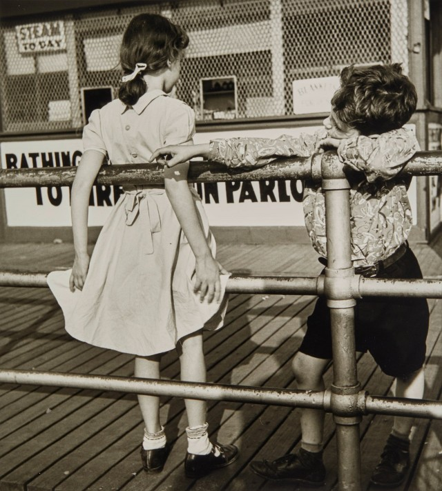 «Первая любовь». Кони-Айленд, Нью-Йорк, 1951. Фотограф Мартин Элкорт