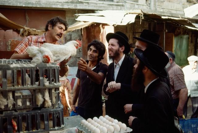 Хасиды выбирают курицу для обряда капарот накануне Йом-Киппура. Рынок в Иерусалиме. Фотограф Джеймс Л. Стенфилд