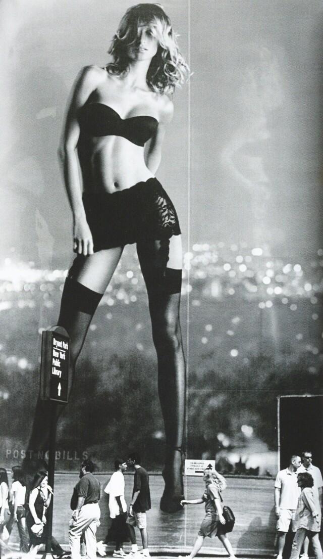 «Victoria's Secret». Изображение Жизель Бюндхен и пешеходы, 2002. Фотограф Джон Эббот