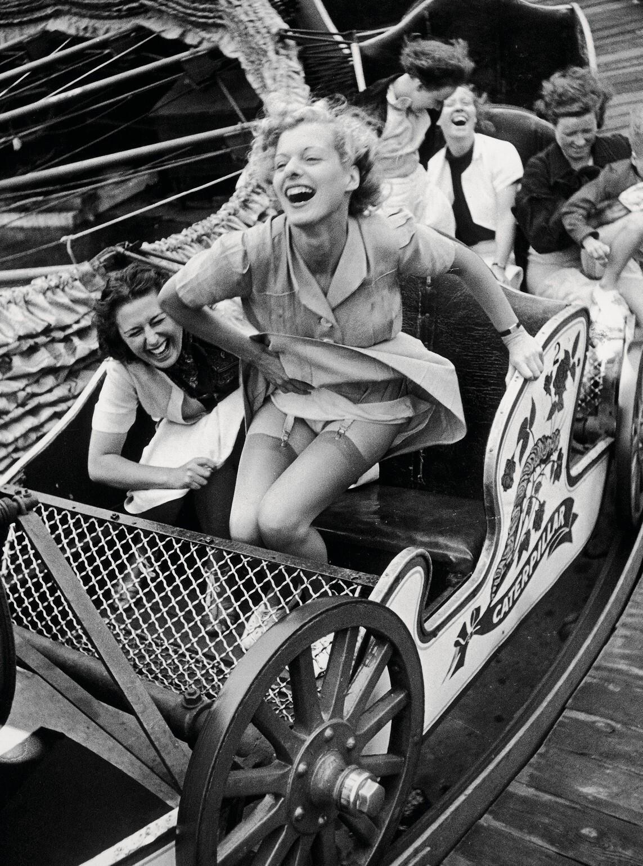 На каруселях. Эссекс, Англия, 1938. Фотограф Курт Хаттон