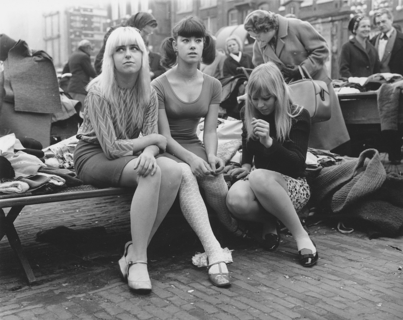 Девушки в мини. Площадь Ватерлооплейн, Амстердам, 1966. Фотограф Бен ван Меерендонк