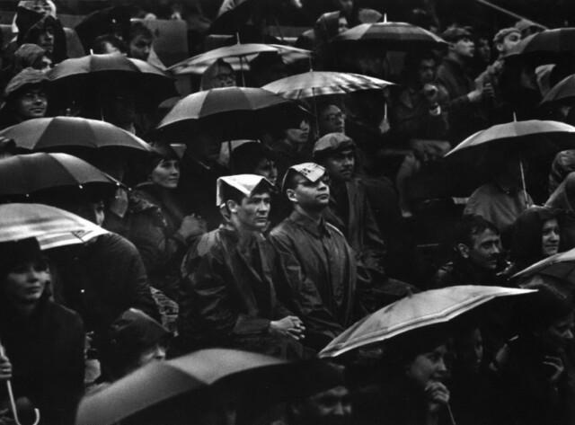 Болельщики. Стадион Динамо, Москва, 1965. Фотограф Анатолий Болдин
