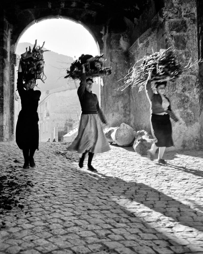 Три женщины, Сканно, Италия, 1950-е. Фотограф Ренцо Тортелли