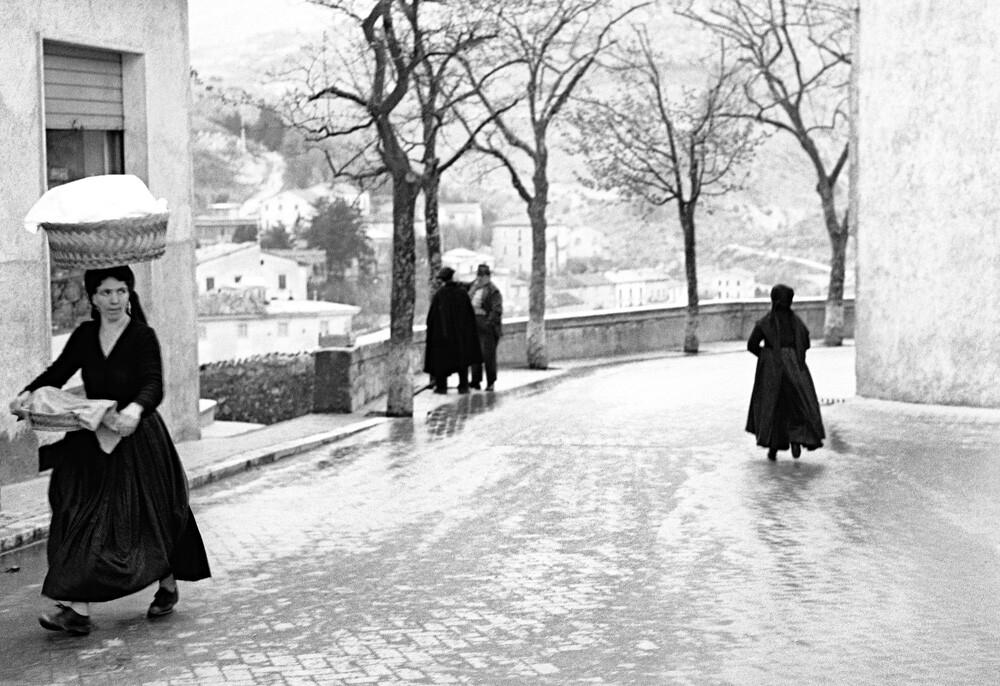 Пешеходы. Сканно, Италия, 1950-е. Фотограф Ренцо Тортелли